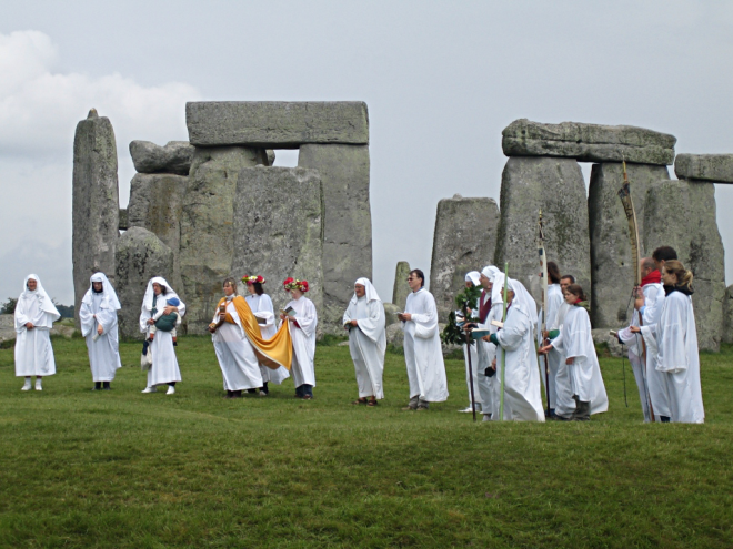 druids_celebrating_at_stonehenge_1