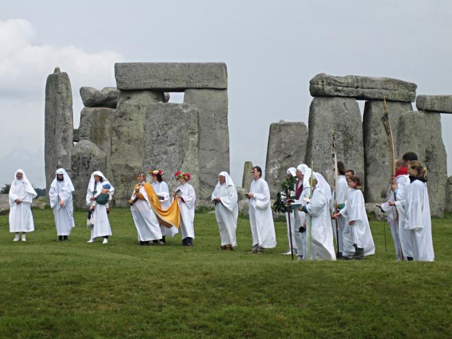 druids_celebrating_at_stonehenge_1